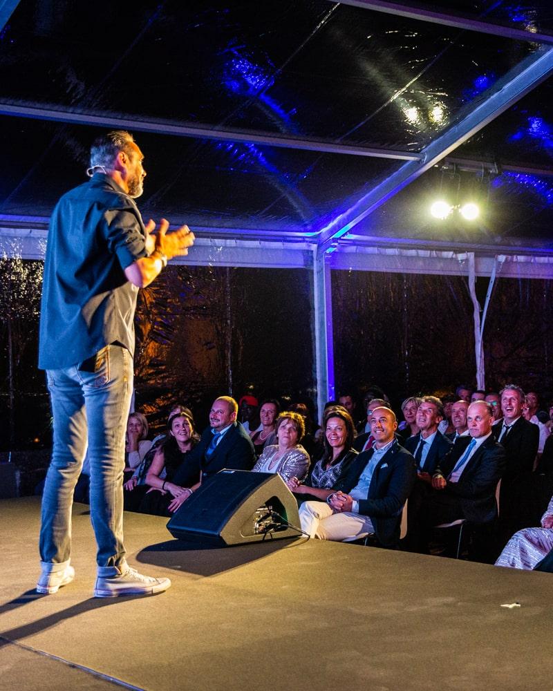Il comico Giacobazzi durante il suo spettacolo per il 50° anniversario di Cappeller. Eventi aziendali e corporate, Fa Eventi, Vicenza, Veneto.